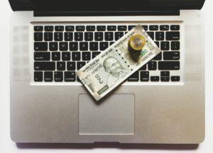 מחשב עם שטרות ומטבעות